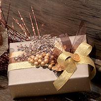 Украшение упаковки подарка к новому году