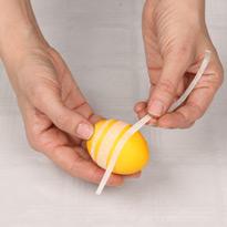 Красим яйца с помощью скотча. Шаг 1