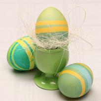 Красим яйца с помощью скотча