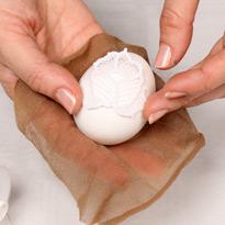 Как красить яйца кружевом. Шаг 2