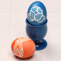 Как красить яйца кружевом