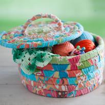 Плетеная корзина из обрезков ткани