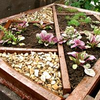 Компостный ящик или украшение сада