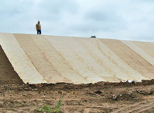 Укладка биомата на склоне, газон на биоматах