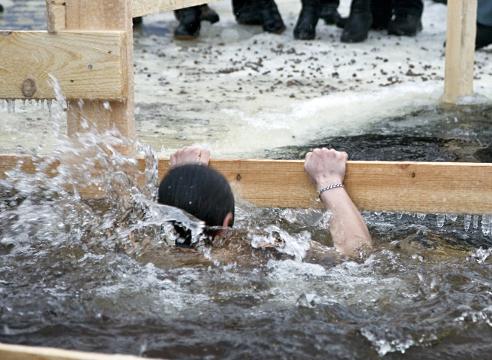крещенское купание в проруби; моржевание