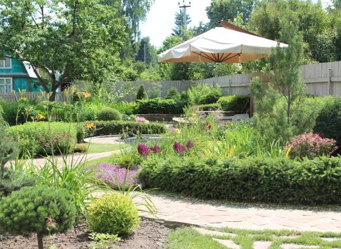 Сад Дмитрия Патрикеева, идеи для сада, дизайн сада, цветники, высокая клумба, мощение, бордюр, каркасный цветник, приподнятый цветник, площадка для отдыха