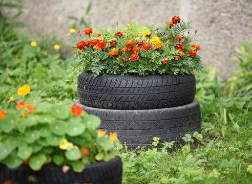 садовая фигура, покрышка в саду, цветы в покрышке, автомобильная шина в саду, идеи для сада