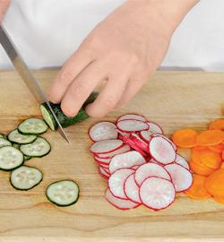 Салат из молодых овощей и яиц. Шаг 3