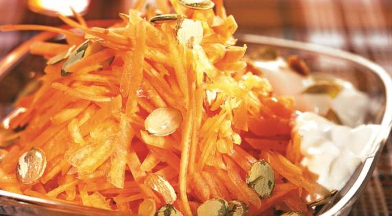 Салат из тыквы и моркови с тыквенными семечками