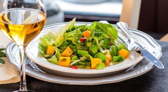 Зеленый салат с припущенной тыквой