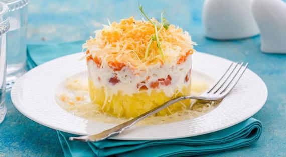 Салат с сыром и копченой горбушей