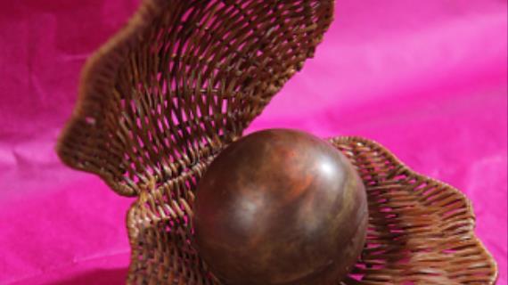 Шоколадный шар с сюрпризом от шоколатье Дмитрия Матейчика