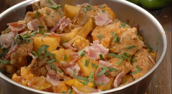 Грудинка, тушенная с капустой и картофелем