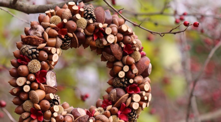 садовый декор из каштанов